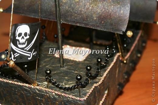 Последняя работа - пиратский корабль. Главной целью, поставленной заказчицей (кроме сходства с настоящим) была полная сохранность после съедения конфет. Будет подарен мальчишке на 18 лет. фото 10