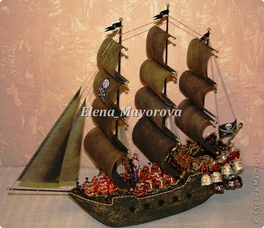 Последняя работа - пиратский корабль. Главной целью, поставленной заказчицей (кроме сходства с настоящим) была полная сохранность после съедения конфет. Будет подарен мальчишке на 18 лет. фото 1