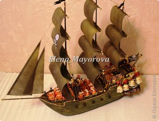Последняя работа - пиратский корабль. Главной целью, поставленной заказчицей (кроме сходства с настоящим) была полная сохранность после съедения конфет. Будет подарен мальчишке на 18 лет. фото 11