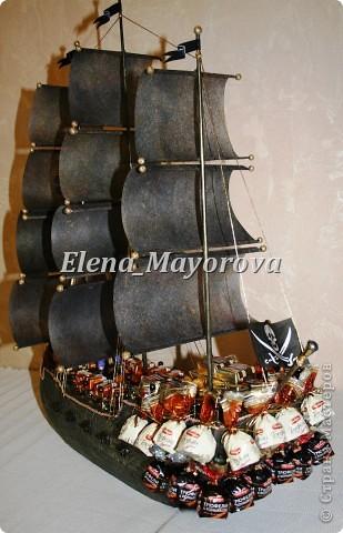 Последняя работа - пиратский корабль. Главной целью, поставленной заказчицей (кроме сходства с настоящим) была полная сохранность после съедения конфет. Будет подарен мальчишке на 18 лет. фото 14
