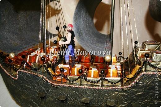 Последняя работа - пиратский корабль. Главной целью, поставленной заказчицей (кроме сходства с настоящим) была полная сохранность после съедения конфет. Будет подарен мальчишке на 18 лет. фото 15