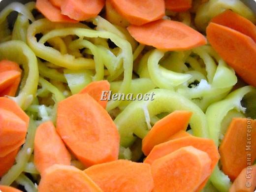 Домляма или овощное рагу в собственном соку. Домляма - диетическое блюдо, содержит полный набор полезных продуктов. Воду и масло не подливаем. Вкус отменный, ароматы во время приготовления способствуют отличному выделению желудочного сока. Это блюдо оценят по достоинству те, кто не любит стоять у плиты. Все овощи нарезали, заложили в кастрюлю, обязательно накрыть крышкой и пусть себе томятся на тихом огне. При копировании статьи, целиком или частично, пожалуйста, указывайте активную ссылку на источник! https://stranamasterov.ru/user/9321 https://stranamasterov.ru/node/225037 фото 16