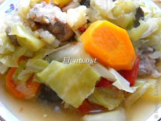 Домляма или овощное рагу в собственном соку. Домляма - диетическое блюдо, содержит полный набор полезных продуктов. Воду и масло не подливаем. Вкус отменный, ароматы во время приготовления способствуют отличному выделению желудочного сока. Это блюдо оценят по достоинству те, кто не любит стоять у плиты. Все овощи нарезали, заложили в кастрюлю, обязательно накрыть крышкой и пусть себе томятся на тихом огне. При копировании статьи, целиком или частично, пожалуйста, указывайте активную ссылку на источник! http://stranamasterov.ru/user/9321 http://stranamasterov.ru/node/225037 фото 22