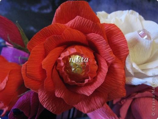 """Кстати, букетик-то не простой, а со смыслом. Ну, то, что дети - это цветы жизни - это понятно. Количество цветов равно количеству учеников в неизвестном мне 9""""С"""", а так как все они разные, то и конфеты тоже разные: тут и Рафаэлло, и Феррерки, и Гейша, и Думле, и Марианне, и т.д. фото 3"""