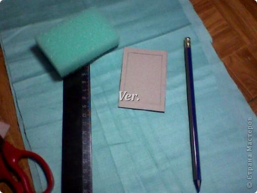 Из обычной губки для мытья посуды можно изготовить вот такую рамочку для фото или любимой картинки. фото 3