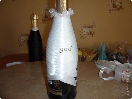 Вот такие свадебные бутылочки можно сделать тем, кто как и я не очень  дружит с шитьем. Все просто, Итак: фото 8