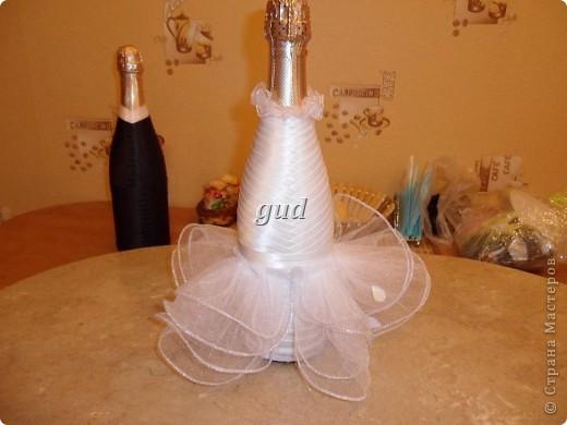 Вот такие свадебные бутылочки можно сделать тем, кто как и я не очень  дружит с шитьем. Все просто, Итак: фото 11