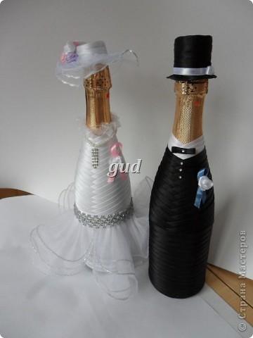 Вот такие свадебные бутылочки можно сделать тем, кто как и я не очень  дружит с шитьем. Все просто, Итак: фото 23