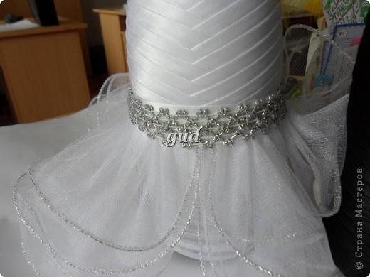 Вот такие свадебные бутылочки можно сделать тем, кто как и я не очень  дружит с шитьем. Все просто, Итак: фото 24