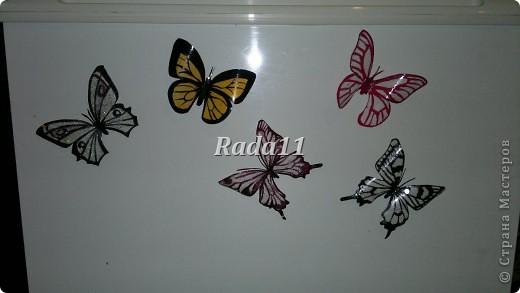 Бабочки вырезанны из пластиковых бутылок и раскрашены лаком для ногтей. фото 2