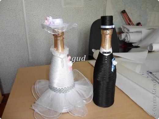 Вот такие свадебные бутылочки можно сделать тем, кто как и я не очень  дружит с шитьем. Все просто, Итак: фото 25