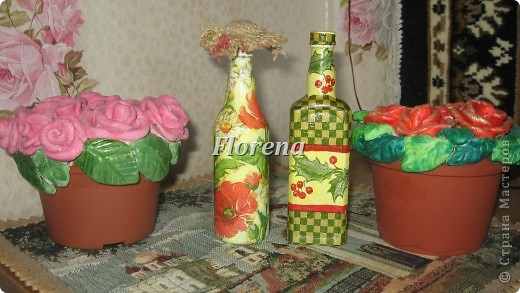 """Вот так я """"задекупажила"""" мини-бутылочки. А рядом- розы ,которые радуют меня своим цветением круглый год!!!)))"""