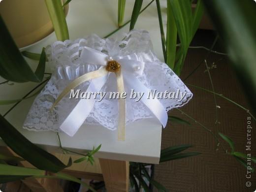"""Всем здравствуйте! Эти фужеры выполнены на свадьбу подруги, цветом свадьбы выбрано сочетание """"золото/жемчуг"""", поэтому все свадебные аксессуары будут выполнены в такой гамме. Пока готовы только фужеры и подвязка. фото 6"""
