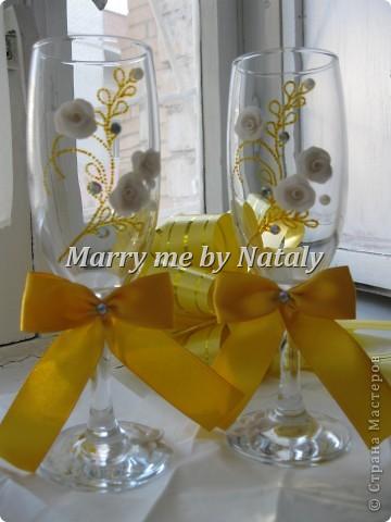 """Всем здравствуйте! Эти фужеры выполнены на свадьбу подруги, цветом свадьбы выбрано сочетание """"золото/жемчуг"""", поэтому все свадебные аксессуары будут выполнены в такой гамме. Пока готовы только фужеры и подвязка. фото 1"""
