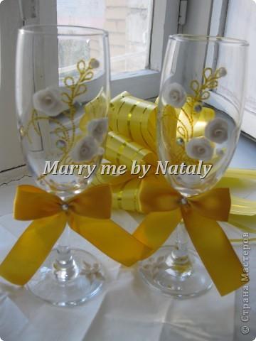 """Всем здравствуйте! Эти фужеры выполнены на свадьбу подруги, цветом свадьбы выбрано сочетание """"золото/жемчуг"""", поэтому все свадебные аксессуары будут выполнены в такой гамме. Пока готовы только фужеры и подвязка. фото 3"""