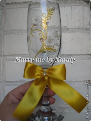 """Всем здравствуйте! Эти фужеры выполнены на свадьбу подруги, цветом свадьбы выбрано сочетание """"золото/жемчуг"""", поэтому все свадебные аксессуары будут выполнены в такой гамме. Пока готовы только фужеры и подвязка. фото 4"""