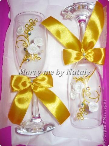 """Всем здравствуйте! Эти фужеры выполнены на свадьбу подруги, цветом свадьбы выбрано сочетание """"золото/жемчуг"""", поэтому все свадебные аксессуары будут выполнены в такой гамме. Пока готовы только фужеры и подвязка. фото 2"""