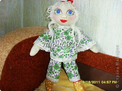 Всем приветик!!!Это моя самая первая кукла и первый опыт по пошиву.Все шьют кукол,  а я только любовалась и восхищалась уменью мастериц,Вот и я решилась,достала залезавший клочок из бабушкиного сундука  и принялась за работу.Что вышло судить Вам!!! фото 3