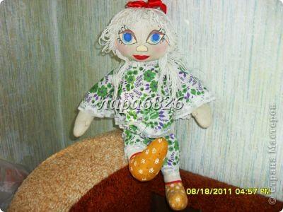 Всем приветик!!!Это моя самая первая кукла и первый опыт по пошиву.Все шьют кукол,  а я только любовалась и восхищалась уменью мастериц,Вот и я решилась,достала залезавший клочок из бабушкиного сундука  и принялась за работу.Что вышло судить Вам!!! фото 1