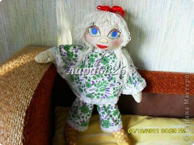 Всем приветик!!!Это моя самая первая кукла и первый опыт по пошиву.Все шьют кукол,  а я только любовалась и восхищалась уменью мастериц,Вот и я решилась,достала залезавший клочок из бабушкиного сундука  и принялась за работу.Что вышло судить Вам!!! фото 4