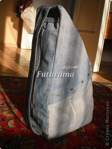Здраствуйте,дорогие жители страны!!!Я заглядываю в СМ регулярно  последние 2 года.И решила поделиться с вами тем, на что меня вдохновил этот сайт.Были любимые, старые джинсы из которых я выросла.Выкинуть -рука не поднималась.так и собирала барохлишко.Это была проба пера так сказать.Моя первая сумка-рюкзак. фото 1