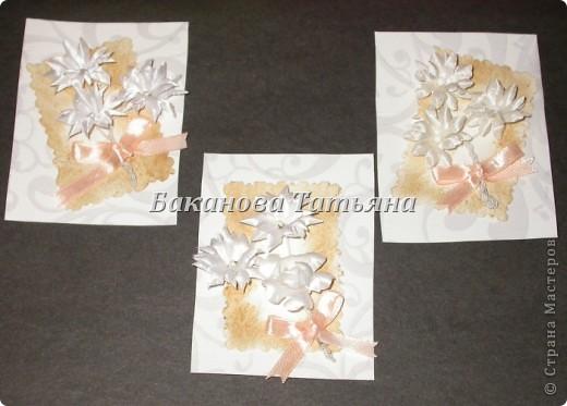 Еще одна моя мини-серия (3 карточки) Прошу прощения за качество фотографий. Сколько не билась - не получилось сфотографировать качественно белые атласные цветы на белом фоне :-(