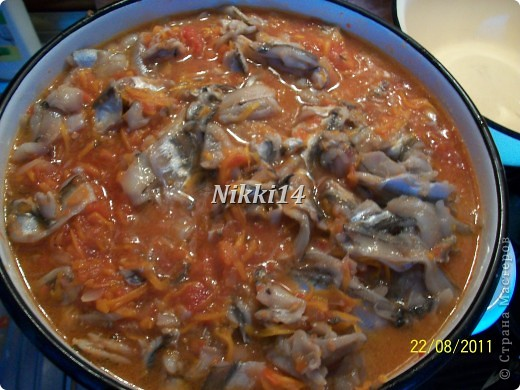 """Сегодня вот заготовила на зиму консервочку, напоминает """"Бычки в томате"""" только домашнего приготовления. И решила с такой вкуснятиной с вами поделиться. И так, нам понадобится:   4 кг. помидор,  1 кг. болгарского перца,  1 кг. лука,  1,5 кг. морковки.  Всё это смешиваем и варим 40 минут.  Затем добавляем:  3 столовые ложки (ст.л.) соли,  250 грамм сахара,  300 грамм подсолнечного масла,  0,5 л.,томатной пасты,  3,5 кг. мойвы.   Всё варить 2 часа на медленном огне, потом добавить 3 ст.л.,уксуса и варить ещё 10 минут.  Готовую консервочку раскладываем в стерилизованные банки.  Выход из этой порции: 16 поллитровых банок. фото 9"""