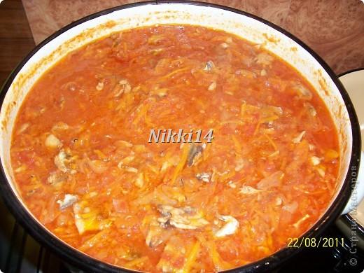 """Сегодня вот заготовила на зиму консервочку, напоминает """"Бычки в томате"""" только домашнего приготовления. И решила с такой вкуснятиной с вами поделиться. И так, нам понадобится:   4 кг. помидор,  1 кг. болгарского перца,  1 кг. лука,  1,5 кг. морковки.  Всё это смешиваем и варим 40 минут.  Затем добавляем:  3 столовые ложки (ст.л.) соли,  250 грамм сахара,  300 грамм подсолнечного масла,  0,5 л.,томатной пасты,  3,5 кг. мойвы.   Всё варить 2 часа на медленном огне, потом добавить 3 ст.л.,уксуса и варить ещё 10 минут.  Готовую консервочку раскладываем в стерилизованные банки.  Выход из этой порции: 16 поллитровых банок. фото 10"""