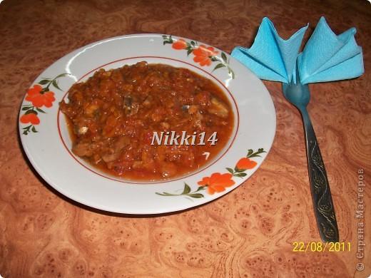 """Сегодня вот заготовила на зиму консервочку, напоминает """"Бычки в томате"""" только домашнего приготовления. И решила с такой вкуснятиной с вами поделиться. И так, нам понадобится:   4 кг. помидор,  1 кг. болгарского перца,  1 кг. лука,  1,5 кг. морковки.  Всё это смешиваем и варим 40 минут.  Затем добавляем:  3 столовые ложки (ст.л.) соли,  250 грамм сахара,  300 грамм подсолнечного масла,  0,5 л.,томатной пасты,  3,5 кг. мойвы.   Всё варить 2 часа на медленном огне, потом добавить 3 ст.л.,уксуса и варить ещё 10 минут.  Готовую консервочку раскладываем в стерилизованные банки.  Выход из этой порции: 16 поллитровых банок. фото 1"""