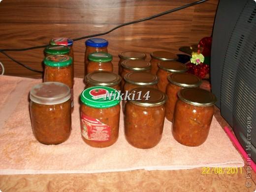 """Сегодня вот заготовила на зиму консервочку, напоминает """"Бычки в томате"""" только домашнего приготовления. И решила с такой вкуснятиной с вами поделиться. И так, нам понадобится:   4 кг. помидор,  1 кг. болгарского перца,  1 кг. лука,  1,5 кг. морковки.  Всё это смешиваем и варим 40 минут.  Затем добавляем:  3 столовые ложки (ст.л.) соли,  250 грамм сахара,  300 грамм подсолнечного масла,  0,5 л.,томатной пасты,  3,5 кг. мойвы.   Всё варить 2 часа на медленном огне, потом добавить 3 ст.л.,уксуса и варить ещё 10 минут.  Готовую консервочку раскладываем в стерилизованные банки.  Выход из этой порции: 16 поллитровых банок. фото 12"""