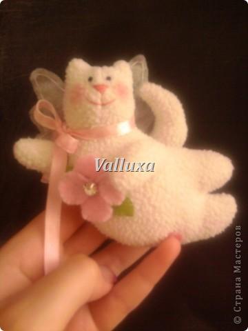 Моя тильдамания продолжается)))кот-ангелок(как я его прозвала)был сделан в подарок одной маленькой девочке)))и теперь у нее над кроваткой будет висеть этот чудик))) фото 1