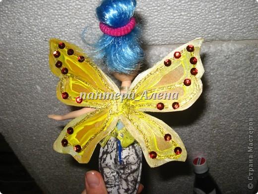 Вот такие крылья можно сделать за пару часов.  ( учитывая время высыхания краски)  Материалы:  - кукла - пластиковая основа ( коврик для мыши или папка и т.п.) - ножницы. кисточки - силиконовый клей - акриловые краски ( или гуашь и клей ПВА) - пайетки - золотой контур  фото 7