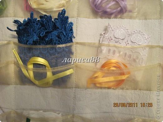 Органайзер для ленточек,кружева и разных швейных мелочей очень удобно разместился на внутренней стороне дверки шкафа. фото 4