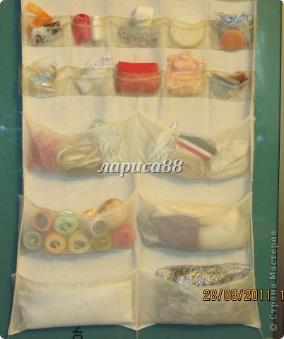 Органайзер для ленточек,кружева и разных швейных мелочей очень удобно разместился на внутренней стороне дверки шкафа. фото 3