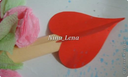 Сначала рисуем карандашом сердечки и такой узор внизу справа, потом брызгаем кисточкой с краской на ватман фото 2