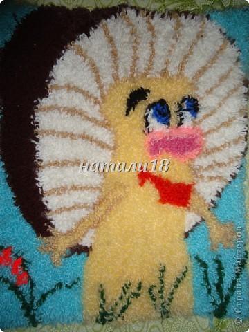 Здравствуйте ВСЕ мастерицы.Вот ездила на выходные к своей крестной.Вот такую красоту она творит.Эти все картины сделаны из  пряжи для вязания.Техника называется- Punch Needle ковровая техника вышивания (ковровая вышивка, махровая вышивка, техника продергивания, вышивка петлей, техника нетканого гобелена) . ЦЫПЛЕНОК (30Х35) фото 2