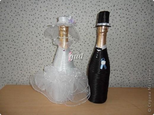 Вот такие свадебные бутылочки можно сделать тем, кто как и я не очень  дружит с шитьем. Все просто, Итак: фото 27