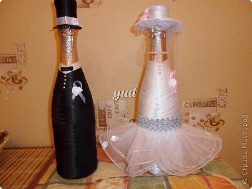 Вот такие свадебные бутылочки можно сделать тем, кто как и я не очень  дружит с шитьем. Все просто, Итак: фото 28