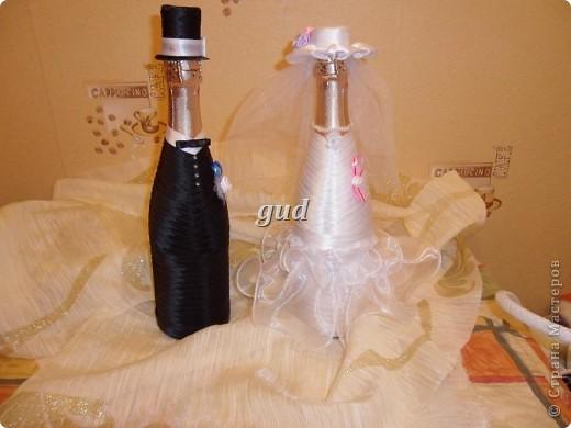 Вот такие свадебные бутылочки можно сделать тем, кто как и я не очень  дружит с шитьем. Все просто, Итак: фото 29