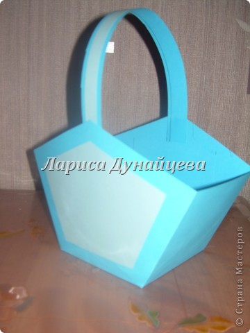 вот такую корзиночку с пожеланиями я решила сделать подруге на День Рожденье вместо открытки. А идею подглядела здесь http://stranamasterov.ru/node/48044?c=favorite фото 2