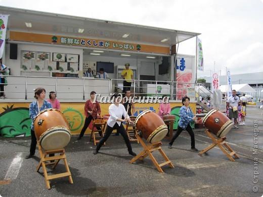 Каждый год в нашем районе проходит фестиваль сайры. В этот день бесплатно раздают зажаренную рыбу. Правда, я ее никогда не ем, так как очередь очень длинная за ней. Кроме угощения рыбой на фестивале можно увидеть выступления различных групп. Это игра на японских барабанах - вадайко. Движения отточены, завораживающее зрелище!!! Посмотреть подобное выступление можно здесь: http://www.youtube.com/watch?v=N0QZH3SIqkA фото 1