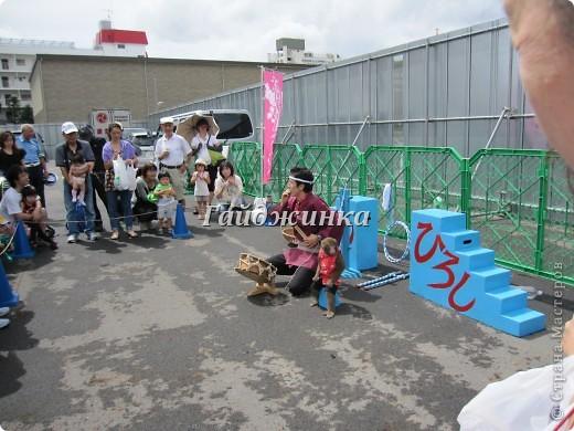 Каждый год в нашем районе проходит фестиваль сайры. В этот день бесплатно раздают зажаренную рыбу. Правда, я ее никогда не ем, так как очередь очень длинная за ней. Кроме угощения рыбой на фестивале можно увидеть выступления различных групп. Это игра на японских барабанах - вадайко. Движения отточены, завораживающее зрелище!!! Посмотреть подобное выступление можно здесь: http://www.youtube.com/watch?v=N0QZH3SIqkA фото 7