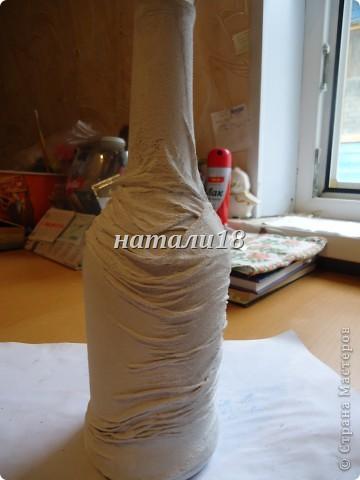 Если,кто помнит, мои стаканчики с кувшином http://stranamasterov.ru/node/237617 .Так вот,я решила на д/р украсить бутылку.Вот,что у меня получилось.Это салфеточки для будущей моей бутылки.Вырываем мотив и убираем верхние слои. фото 7