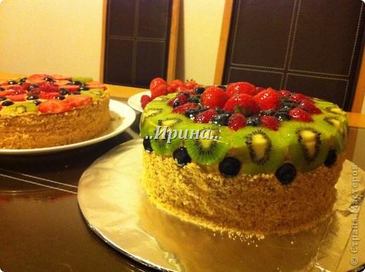 медовый торт, ягоды покрыты холодным гелем для декорирования фото 2