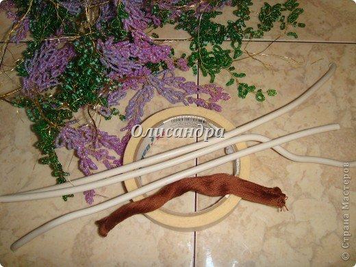 """Мне очень нравятся глицинии...  Глици́ния (от греч. γλυκός — сладкий), или висте́рия (лат. Wistéria) — род высоких древовидных вьющихся субтропических растений из семейства Бобовые с крупными кистями душистых лиловых цветков. Широко используется в ландшафтном дизайне.   Давно мечтала сделать такое дерево из бисера, но не могла решиться... Теперь понимаю, что это было не с проста... Глициния- безумно трудоемкое и """"долгоиграющее"""" дерево... ,и если бы я делала его для себя, то процесс создания занял бы не один месяц... по чуть-чуть... не спеша... Но я делала его в подарок , поэтому времени было очень мало... Каждый день вспоминала Золушку и рабыню Изауру..., жалела себя и в голове крутилось только одно слово... """"кошмар""""...Как я могла в это вписаться?  И все-таки, я его сделала... и назвала """"Кошмариком""""...  Если еще не очень вас напугала и вы хотите повторить мой """"подвиг""""... , рассказываю, как это было... фото 24"""