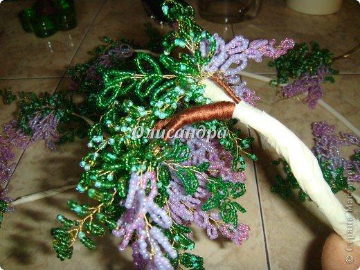 """Мне очень нравятся глицинии...  Глици́ния (от греч. γλυκός — сладкий), или висте́рия (лат. Wistéria) — род высоких древовидных вьющихся субтропических растений из семейства Бобовые с крупными кистями душистых лиловых цветков. Широко используется в ландшафтном дизайне.   Давно мечтала сделать такое дерево из бисера, но не могла решиться... Теперь понимаю, что это было не с проста... Глициния- безумно трудоемкое и """"долгоиграющее"""" дерево... ,и если бы я делала его для себя, то процесс создания занял бы не один месяц... по чуть-чуть... не спеша... Но я делала его в подарок , поэтому времени было очень мало... Каждый день вспоминала Золушку и рабыню Изауру..., жалела себя и в голове крутилось только одно слово... """"кошмар""""...Как я могла в это вписаться?  И все-таки, я его сделала... и назвала """"Кошмариком""""...  Если еще не очень вас напугала и вы хотите повторить мой """"подвиг""""... , рассказываю, как это было... фото 31"""