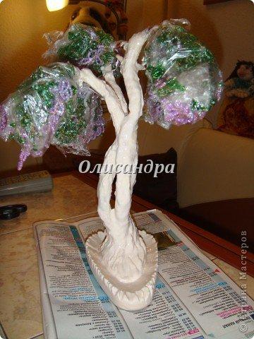 """Мне очень нравятся глицинии...  Глици́ния (от греч. γλυκός — сладкий), или висте́рия (лат. Wistéria) — род высоких древовидных вьющихся субтропических растений из семейства Бобовые с крупными кистями душистых лиловых цветков. Широко используется в ландшафтном дизайне.   Давно мечтала сделать такое дерево из бисера, но не могла решиться... Теперь понимаю, что это было не с проста... Глициния- безумно трудоемкое и """"долгоиграющее"""" дерево... ,и если бы я делала его для себя, то процесс создания занял бы не один месяц... по чуть-чуть... не спеша... Но я делала его в подарок , поэтому времени было очень мало... Каждый день вспоминала Золушку и рабыню Изауру..., жалела себя и в голове крутилось только одно слово... """"кошмар""""...Как я могла в это вписаться?  И все-таки, я его сделала... и назвала """"Кошмариком""""...  Если еще не очень вас напугала и вы хотите повторить мой """"подвиг""""... , рассказываю, как это было... фото 49"""