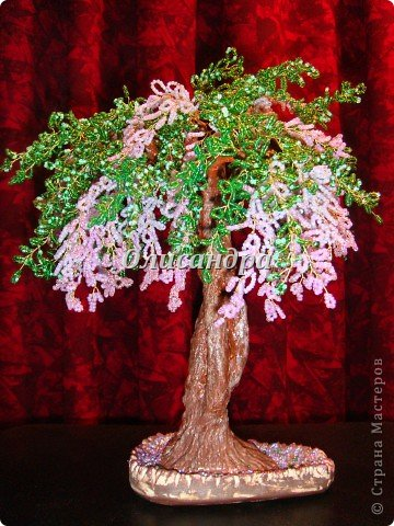 """Мне очень нравятся глицинии...  Глици́ния (от греч. γλυκός — сладкий), или висте́рия (лат. Wistéria) — род высоких древовидных вьющихся субтропических растений из семейства Бобовые с крупными кистями душистых лиловых цветков. Широко используется в ландшафтном дизайне.   Давно мечтала сделать такое дерево из бисера, но не могла решиться... Теперь понимаю, что это было не с проста... Глициния- безумно трудоемкое и """"долгоиграющее"""" дерево... ,и если бы я делала его для себя, то процесс создания занял бы не один месяц... по чуть-чуть... не спеша... Но я делала его в подарок , поэтому времени было очень мало... Каждый день вспоминала Золушку и рабыню Изауру..., жалела себя и в голове крутилось только одно слово... """"кошмар""""...Как я могла в это вписаться?  И все-таки, я его сделала... и назвала """"Кошмариком""""...  Если еще не очень вас напугала и вы хотите повторить мой """"подвиг""""... , рассказываю, как это было... фото 60"""