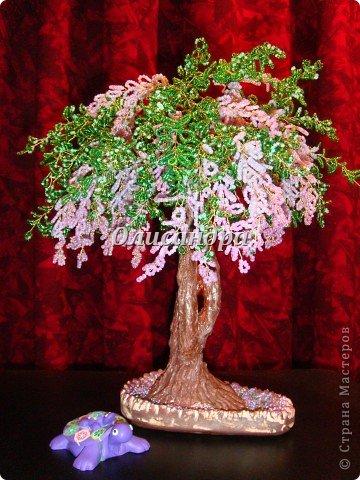 """Мне очень нравятся глицинии...  Глици́ния (от греч. γλυκός — сладкий), или висте́рия (лат. Wistéria) — род высоких древовидных вьющихся субтропических растений из семейства Бобовые с крупными кистями душистых лиловых цветков. Широко используется в ландшафтном дизайне.   Давно мечтала сделать такое дерево из бисера, но не могла решиться... Теперь понимаю, что это было не с проста... Глициния- безумно трудоемкое и """"долгоиграющее"""" дерево... ,и если бы я делала его для себя, то процесс создания занял бы не один месяц... по чуть-чуть... не спеша... Но я делала его в подарок , поэтому времени было очень мало... Каждый день вспоминала Золушку и рабыню Изауру..., жалела себя и в голове крутилось только одно слово... """"кошмар""""...Как я могла в это вписаться?  И все-таки, я его сделала... и назвала """"Кошмариком""""...  Если еще не очень вас напугала и вы хотите повторить мой """"подвиг""""... , рассказываю, как это было... фото 71"""