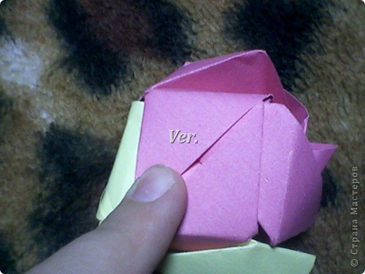 Доброго времени суток,жители Страны Мастеров!Я новичок в технике Оригами.И МК по Оригами делаю впервые.Так что прошу не судить строго,и если что то не понятно,спрашивайте!Я хочу показать вам и рассказать как делаются такие розочки.В чём их секрет?Сейчас узнаете! фото 55